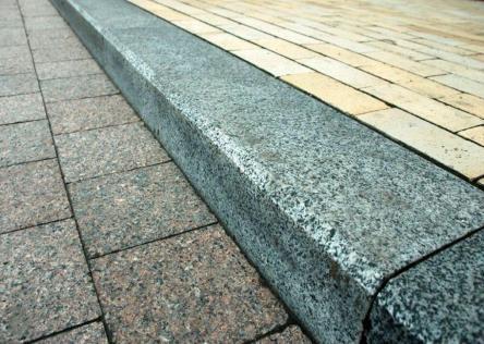Тротуарная плитка и бортовые камни в Москве: где купить материал и заказать укладку?